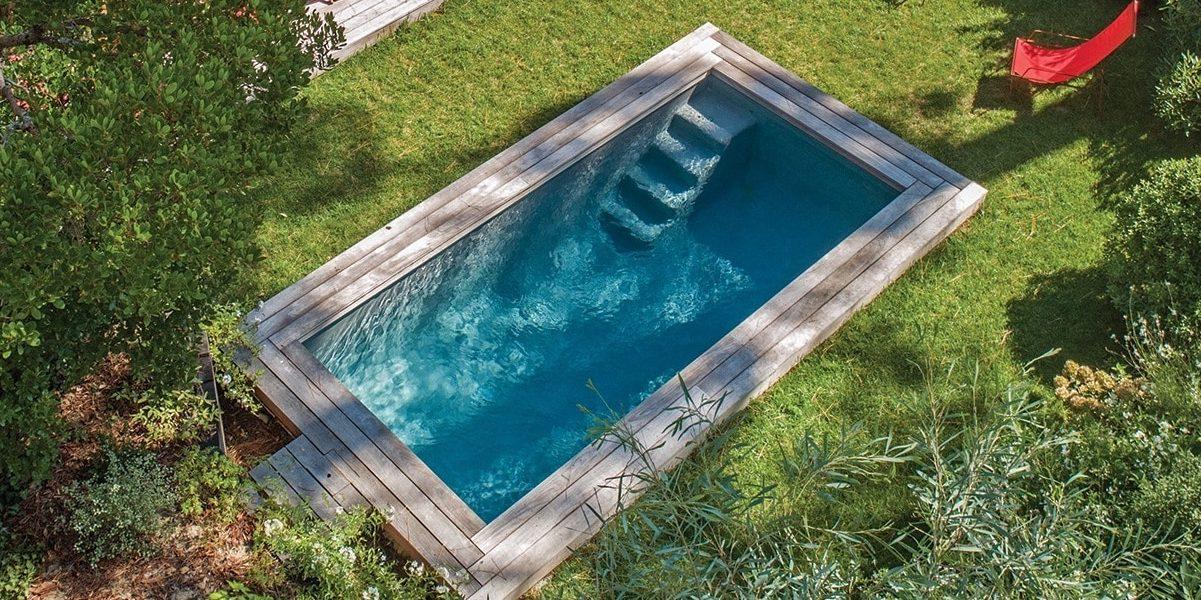 Une piscine enterree dans un jardin